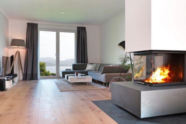 Wohnzimmer mit Kamin und Aussicht